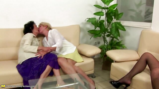 Les chiennes une mere et sa fille xxx de la semaine de relâche participent à des concours sexuels