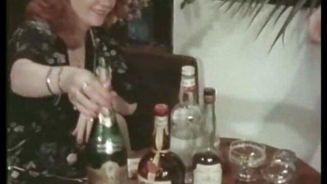 Prostituée asiatique fils et mere sex sautant sur un pénis charnu